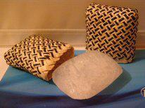 Купить Кристалл сглаженной прямоугольной формы в футляре из пальмы пандан